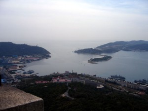 旅順港の出口(白玉山塔から)